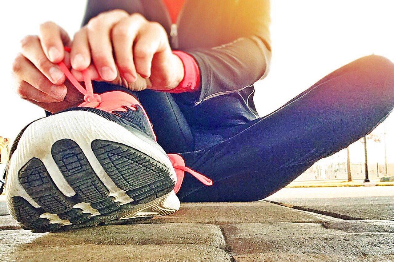 Kengän nauhat kireämmälle ja kipua hoitoamaan? Voiko kipu vähentyä liikkumalla? (Kuva: Wokandapix [CC0 Public Domain])