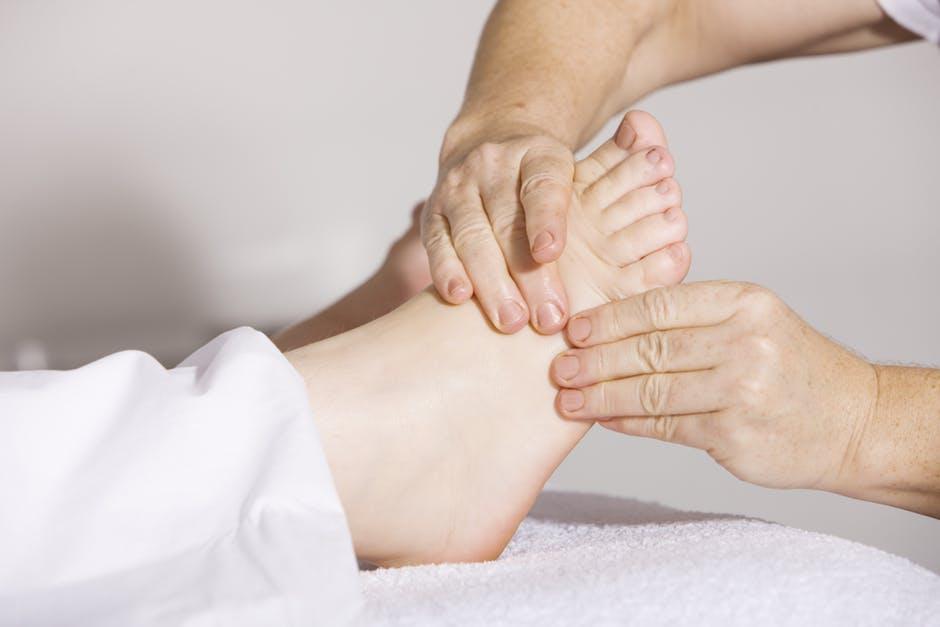 Jalkapohjan hieronta ja käsittelyt voivat olla hyvä tukihoito, jos plantaarifakiitti vaivaa. Yksistään niistä harvoin on pysyvää ratkaisua.